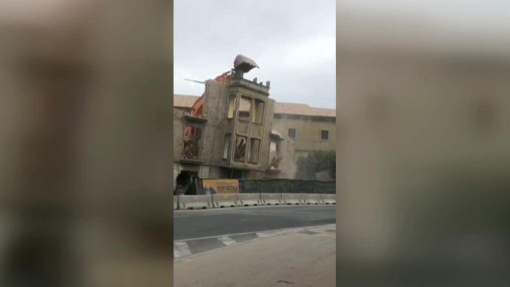 Se desploma sobre la carretera la fachada de un edificio en Tafalla