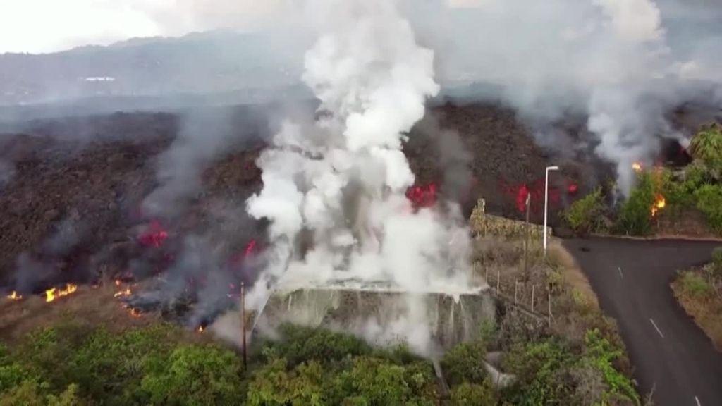 La lava entra en contacto con el agua de las piscinas en La Palma