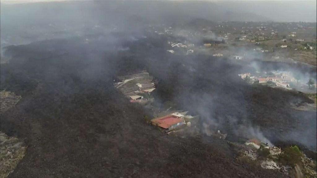 Varias casas quedan aisladas ante el paso de la lava del volcán de La Palma