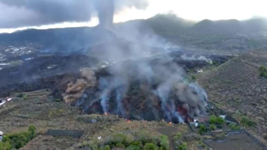 Una de las coladas de lava del volcán de La Palma se frena