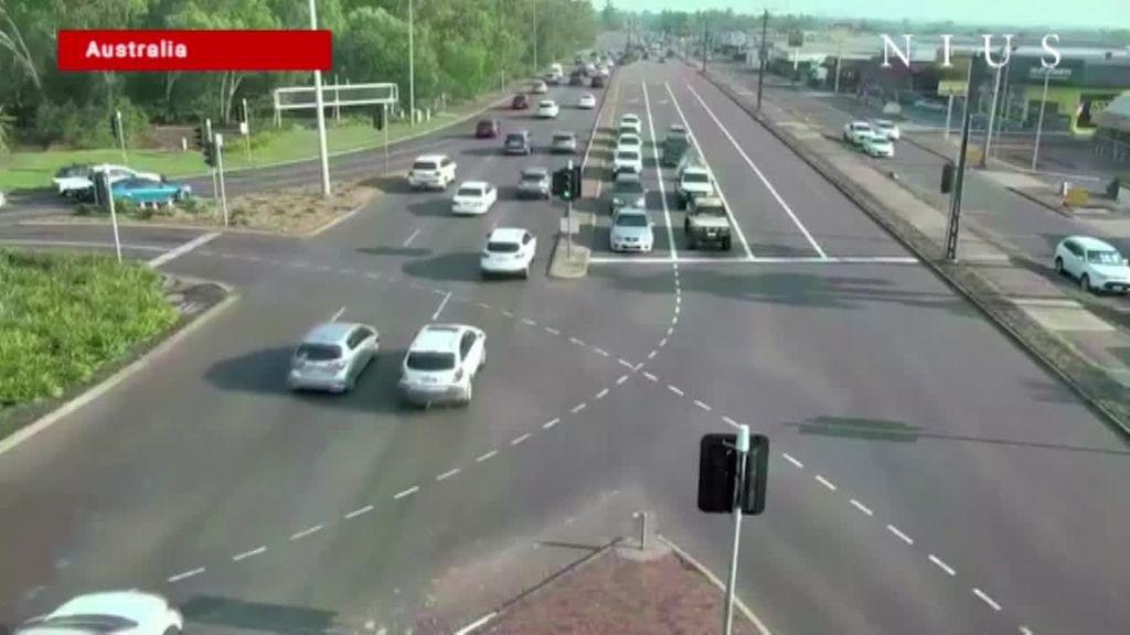 Una conductora pierde el control de su vehículo, atraviesa un atasco de coches y sale viva de milagro