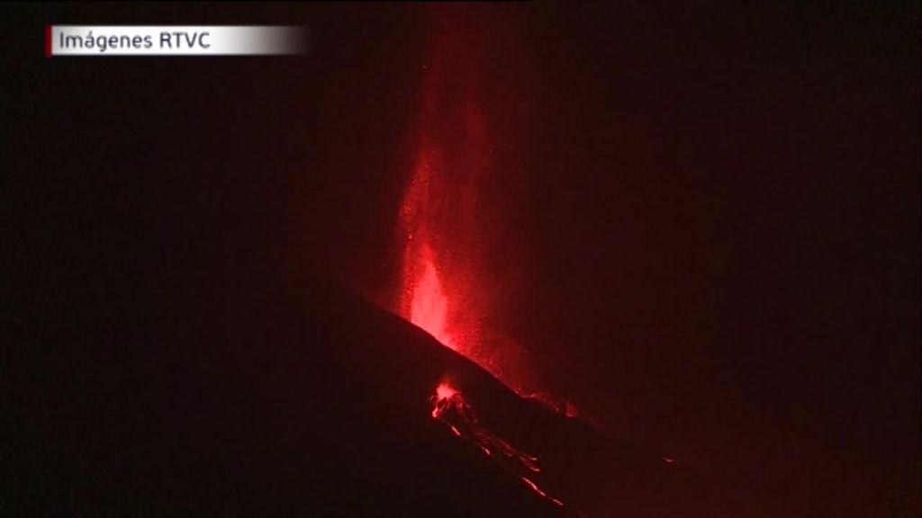 La noche en La Palma, pendiente de la lava, a 1,5 kilómetros del mar