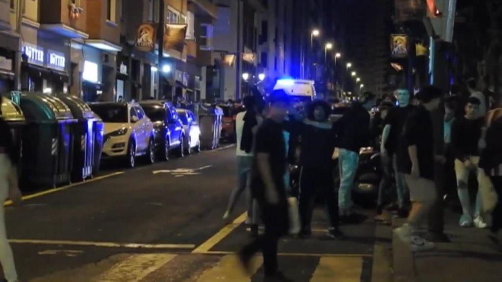 Macrobotellones sin pensar en el covid:  Detenidos por enfrentarse a la Policía en Madrid y Barcelona