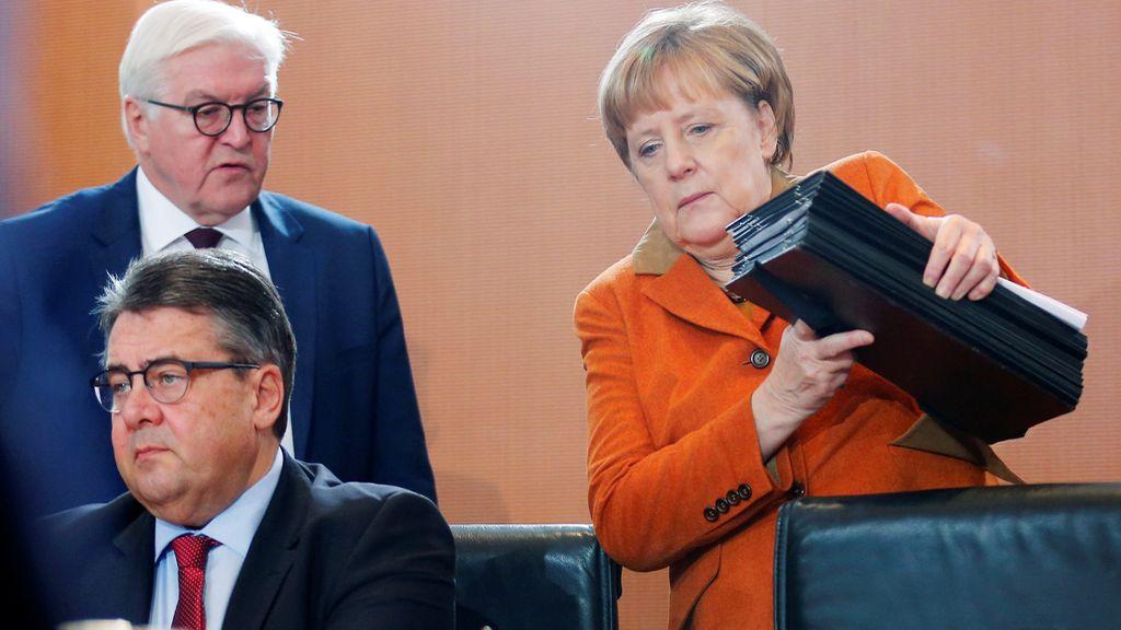 La pesada carpeta de Angela Merkel