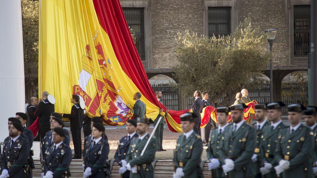 El izado de bandera en el Día de la Constitución