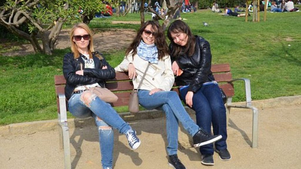 Un grupo de amigas sentadas en un banco
