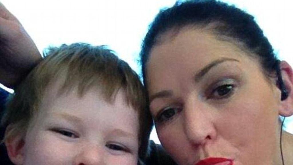 Sinead Higgins y su hijo Oisin