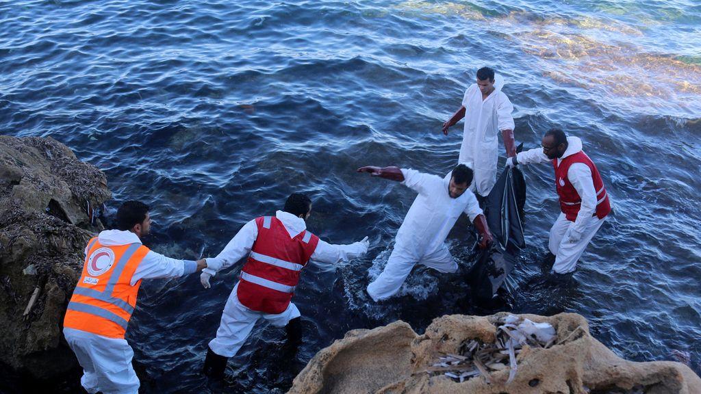 Rescatan a varios refugiados ahogados en Libia