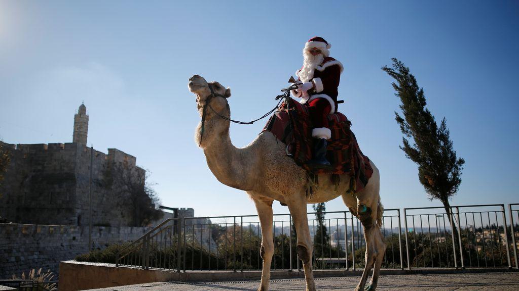 Santa Claus en camello en Jerusalén