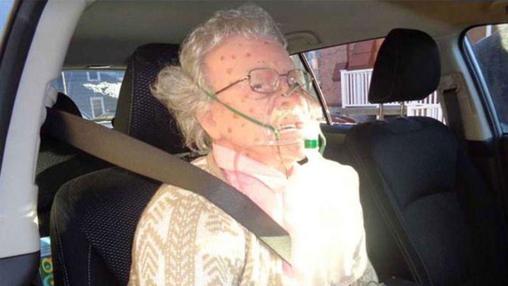 Abuela muerta en el coche