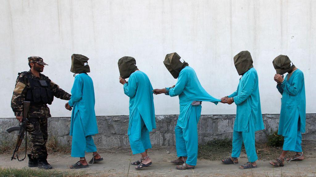 Un grupo de presos talibanes en Afganistán