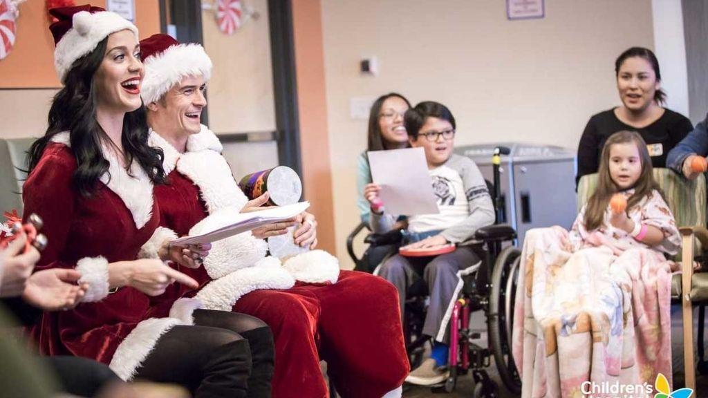 Katy Perry y Orlando Bloom se disfrazan de Papá Noel en el Hospital Infantil de Los Ángeles