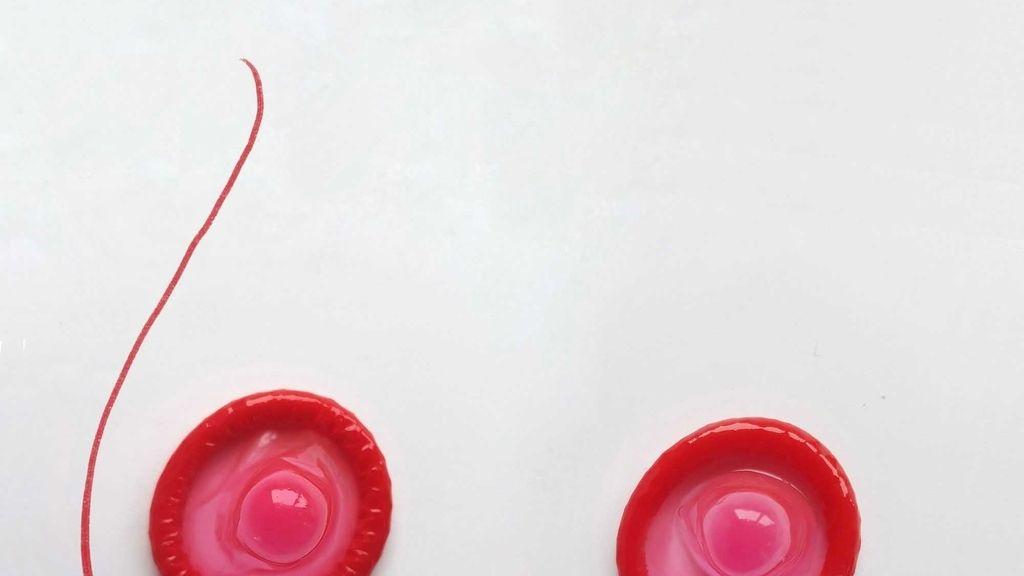 Un artista utiliza condones creando divertidas ilustraciones para concienciar sobre la prevención del SIDA