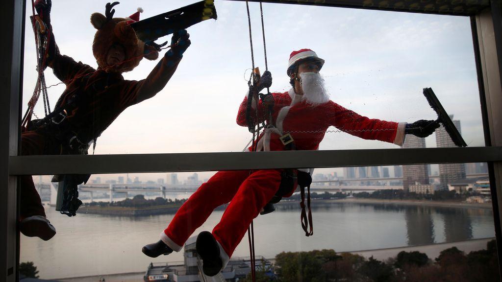 Los limpiacristales se disfrazan de Papá Noel por Navidad