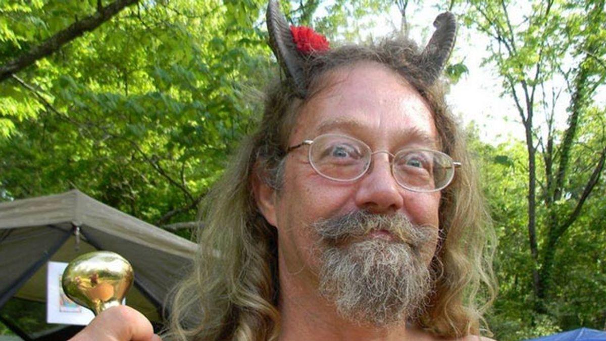 Un sacerdote pagano consigue salir con cuernos en la foto del carné