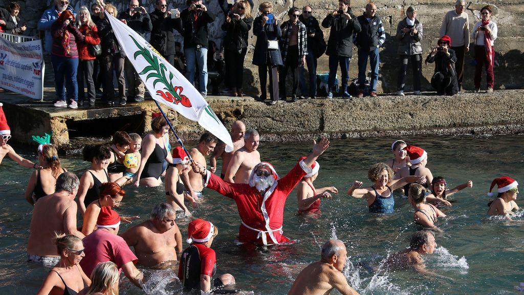 Carrera de natación en Niza, siempre vestidos de Papa Noel