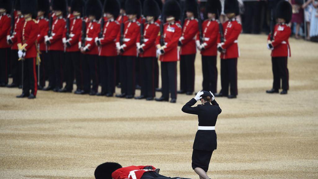 Desmayo de un guardia en el cumpleaños de la Reina Isabel de Inglaterra