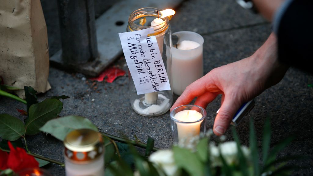 Los alemanes dejan velas para recordar a las víctimas del atropello en Berlín