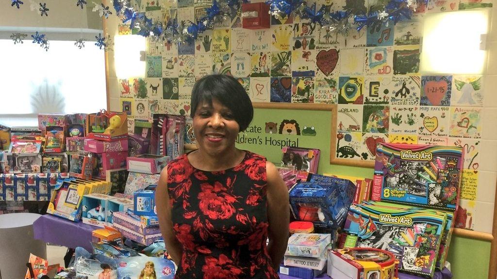 Una trabajadora compra más de 1.000 juguetes para los niños enfermos de un hospital