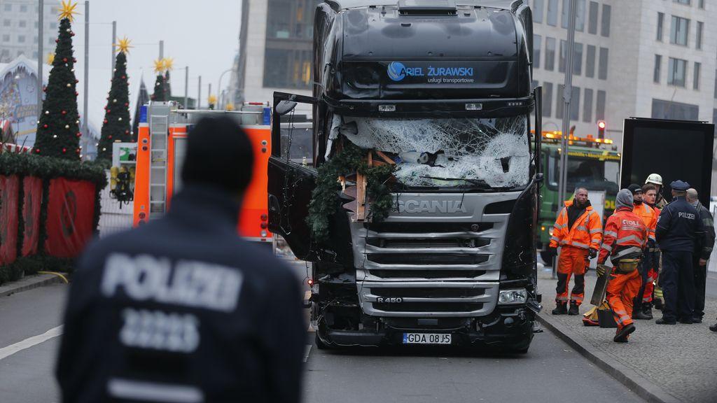 Un hombre atropella con un camión a la multitud en un mercado de Berlín