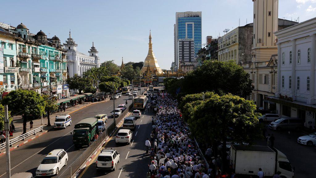 Los militares de Myanmar sienten el calor de su gente
