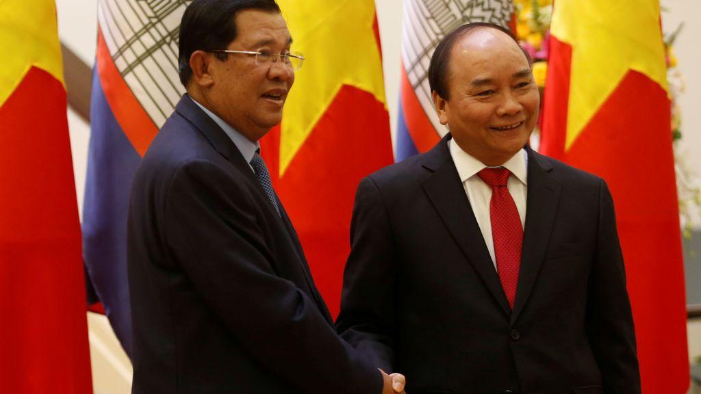 El primer ministro de Camboya y el de Vietnam posan juntos en Hanoi