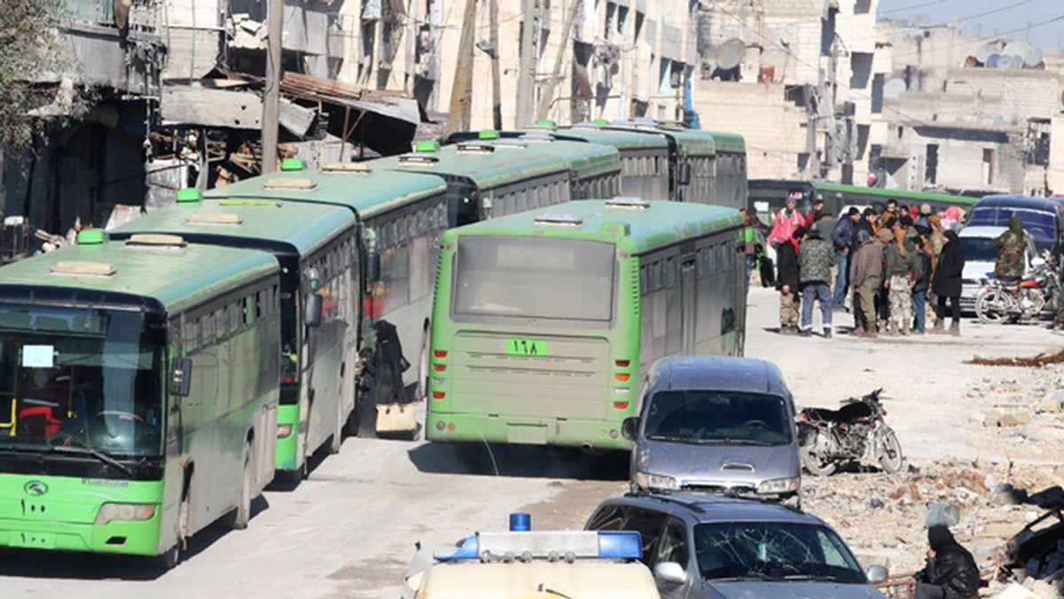 Salen del este de Alepo los primeros autobuses y ambulancias con evacuados