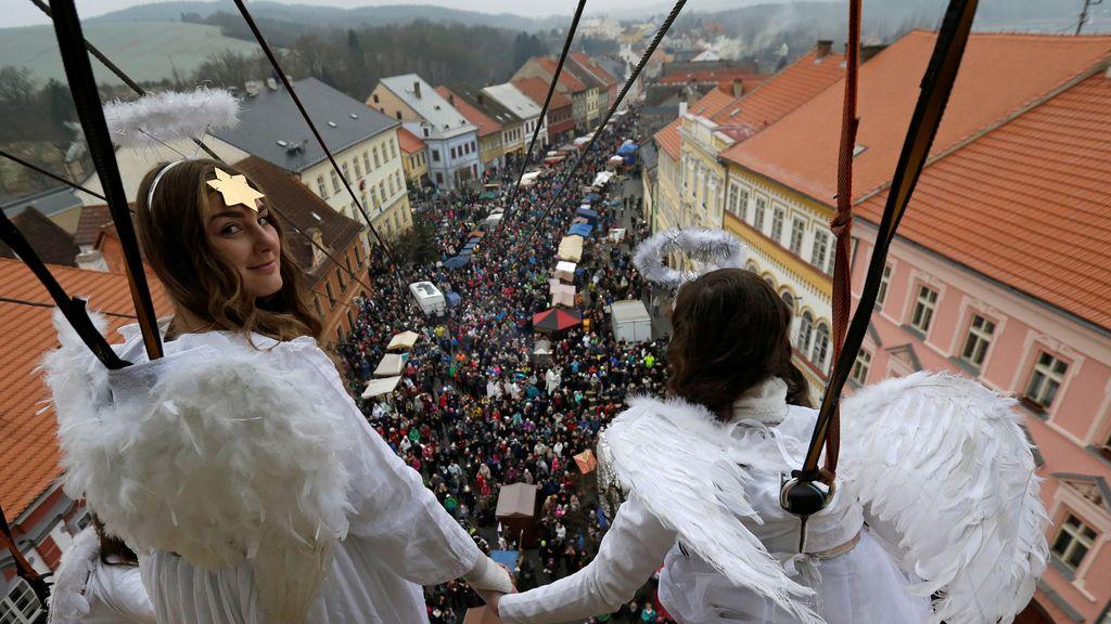 Dos chicas vestidas de ángeles celebran la Navidad en la República Checa
