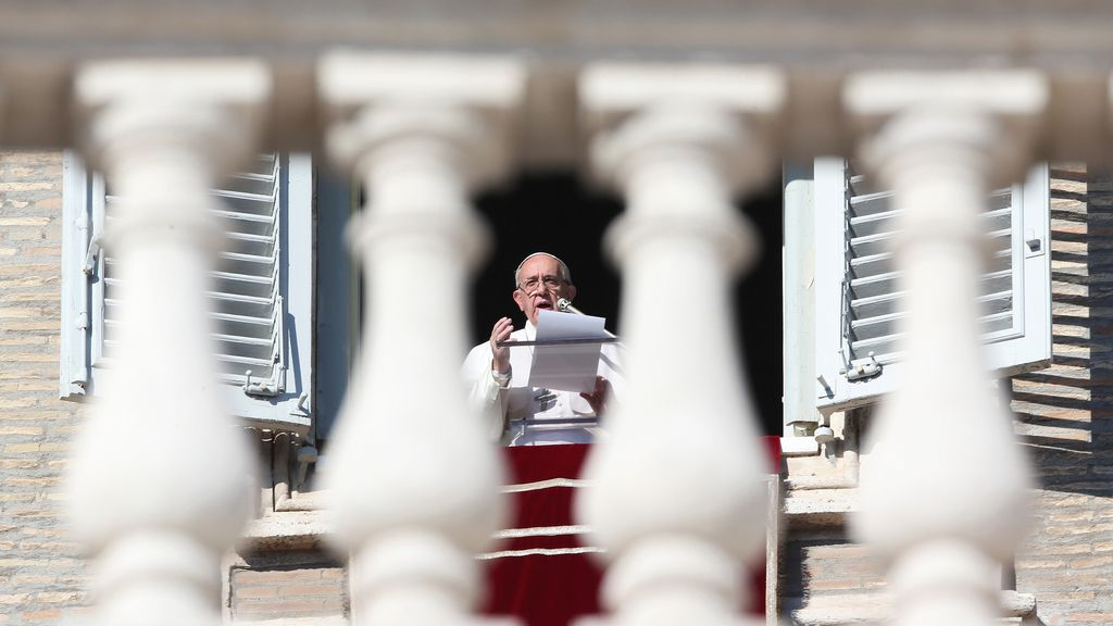 El Papa continúa orando ante multitud de feligreses
