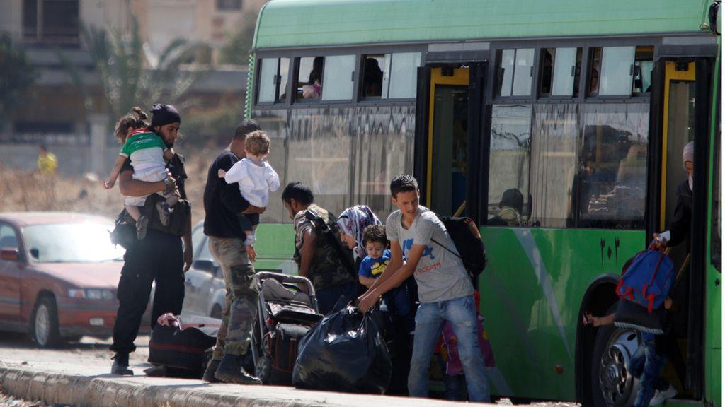Una familia de rebeldes sirios salen del distrito Al Waer, Homs
