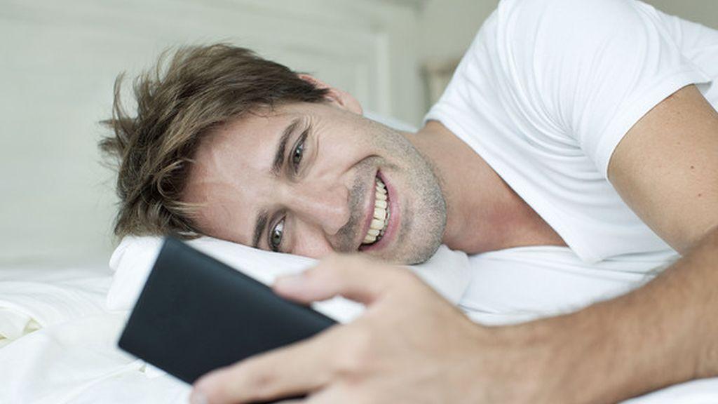 Un hombre usando su teléfono móvil