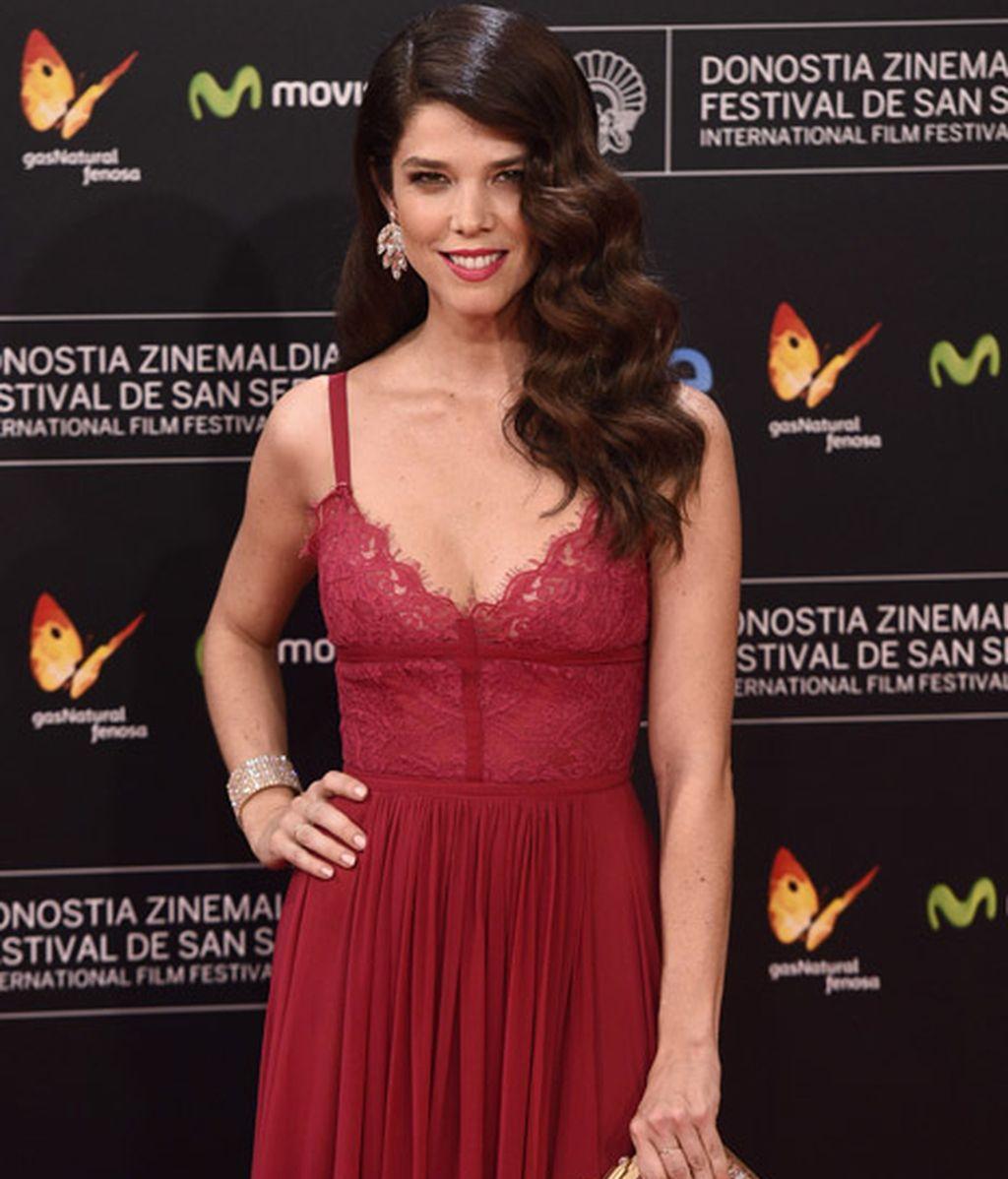 Juana Acosta, elegantísima en burdeos