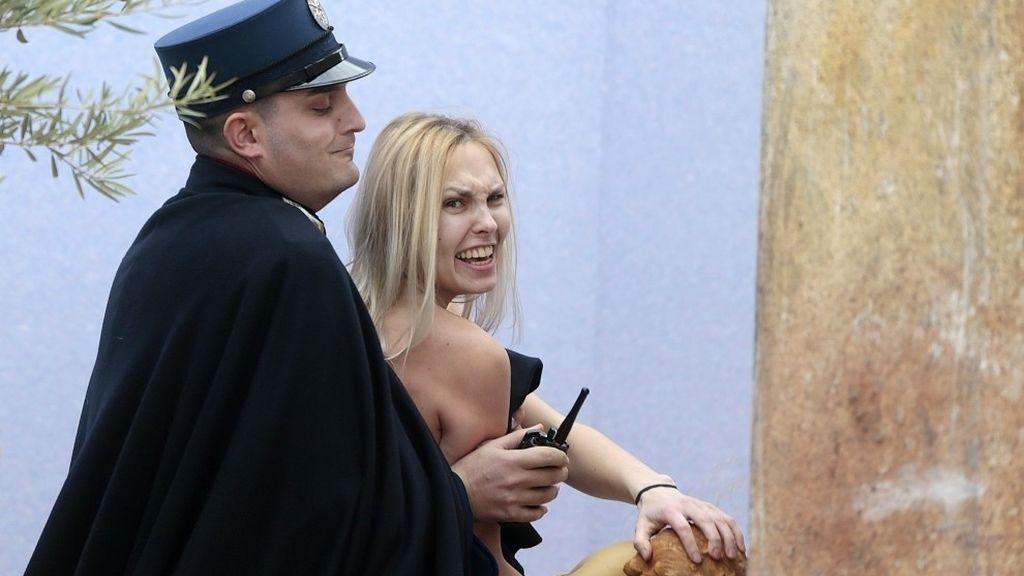 Una activista de FEMEN se lleva la figura del niño Jesús del Vaticano