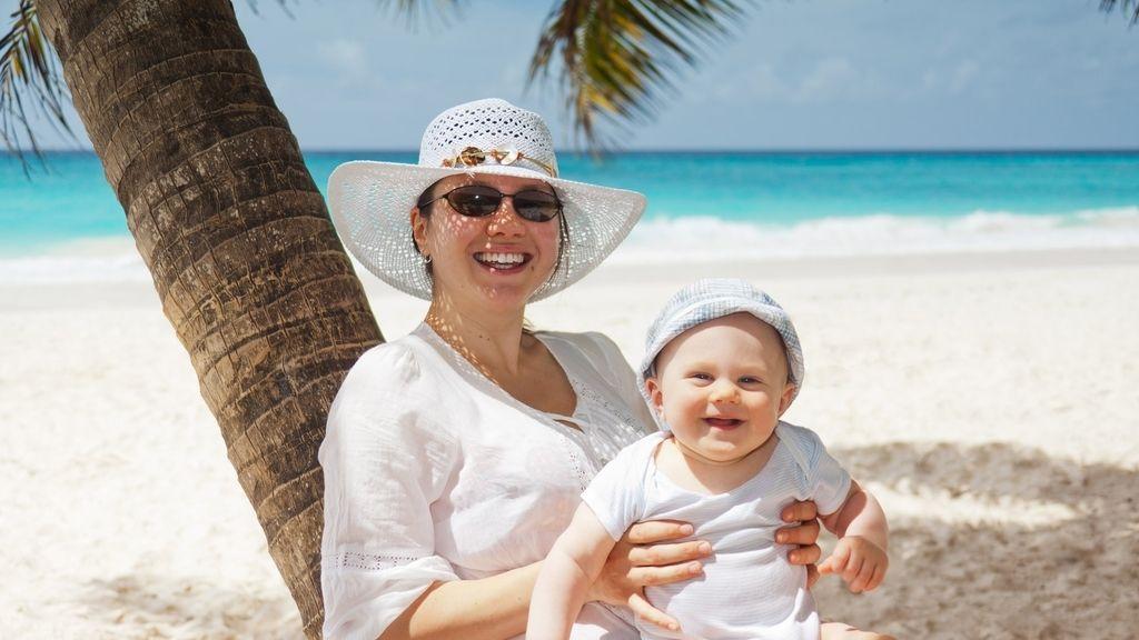 mamá y bebé playa