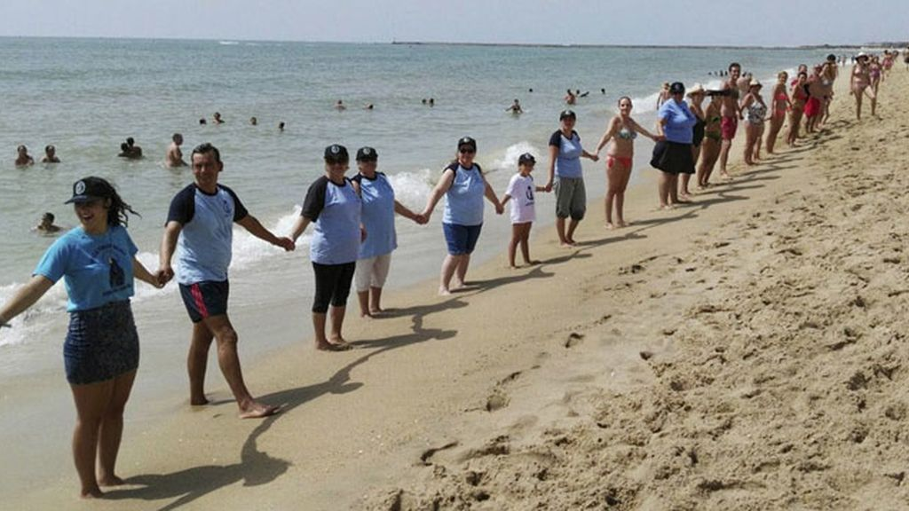 Una cadena humana de más de cinco kilómetros en Huelva contra la violencia machista
