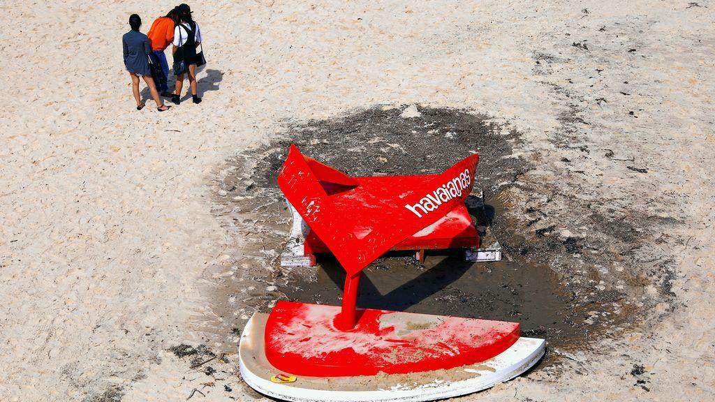 'Esculturas por el mar', desmontada ante los turistas