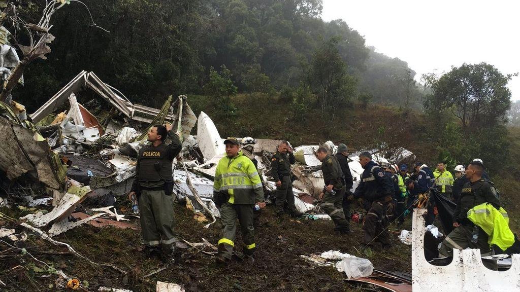 La policía colombiana registra los restos del avión