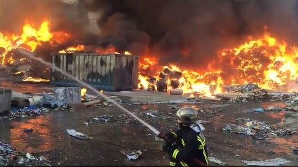 Arde el exterior de una planta de reciclaje de papel en Arganda del Rey