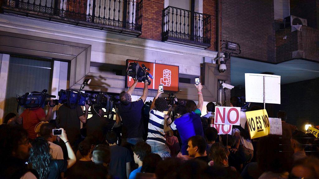 Una multitud delante de la sede del PSOE en la calle Ferraz