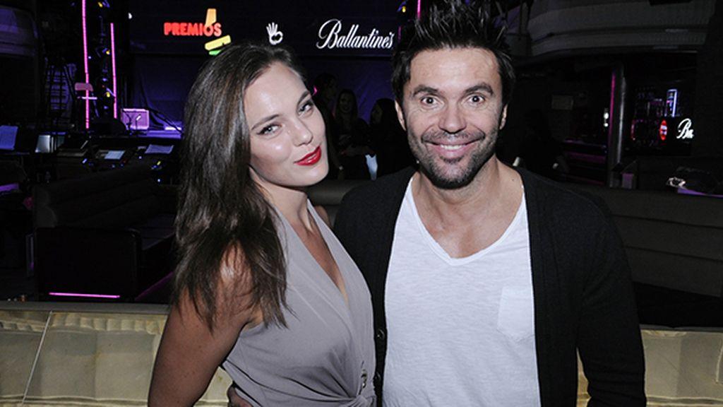 Robert Ramírez posando con la espectacular Oliwia Gornicka