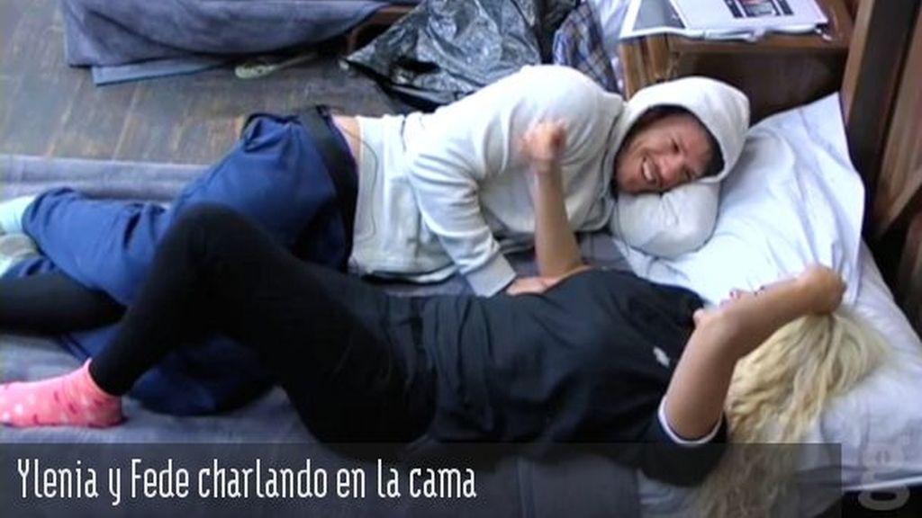 Ylenia y Fede charlando en la cama