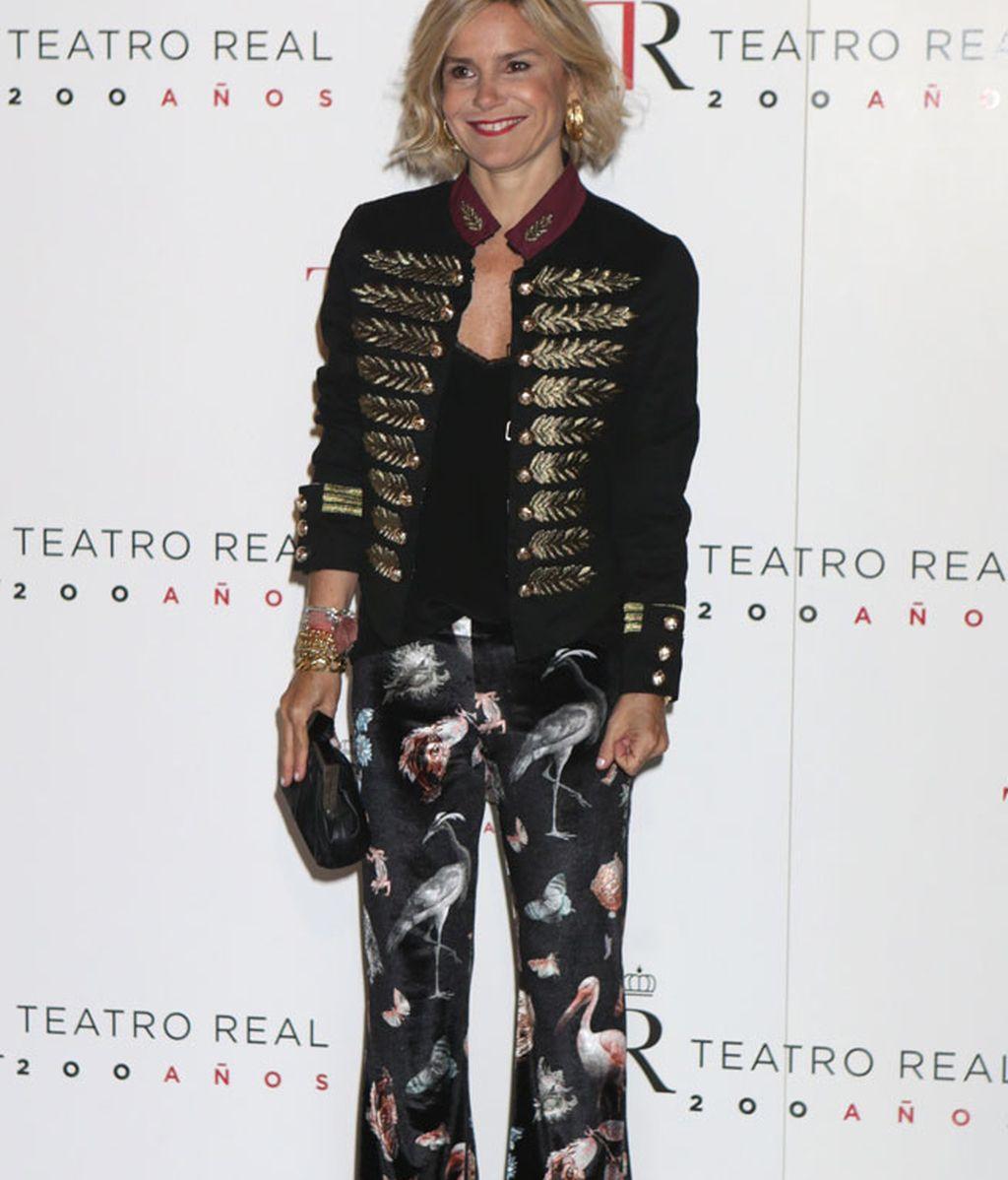 Eugenia Martínez de Irujo con pantalón estampado y chaqueta de terciopelo