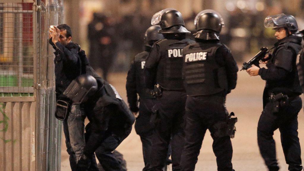 Policías registran a un residente en Saint Denis