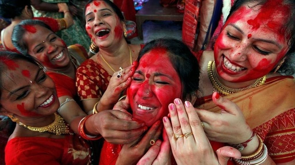 Mujeres aplicándose sindhur