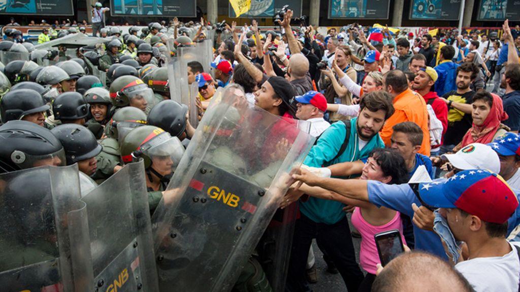 Carga contra manifestantes en Caracas