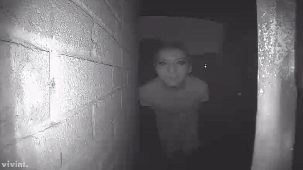 Publica esta foto de un extraño en su puerta... ¡y desaparece después!
