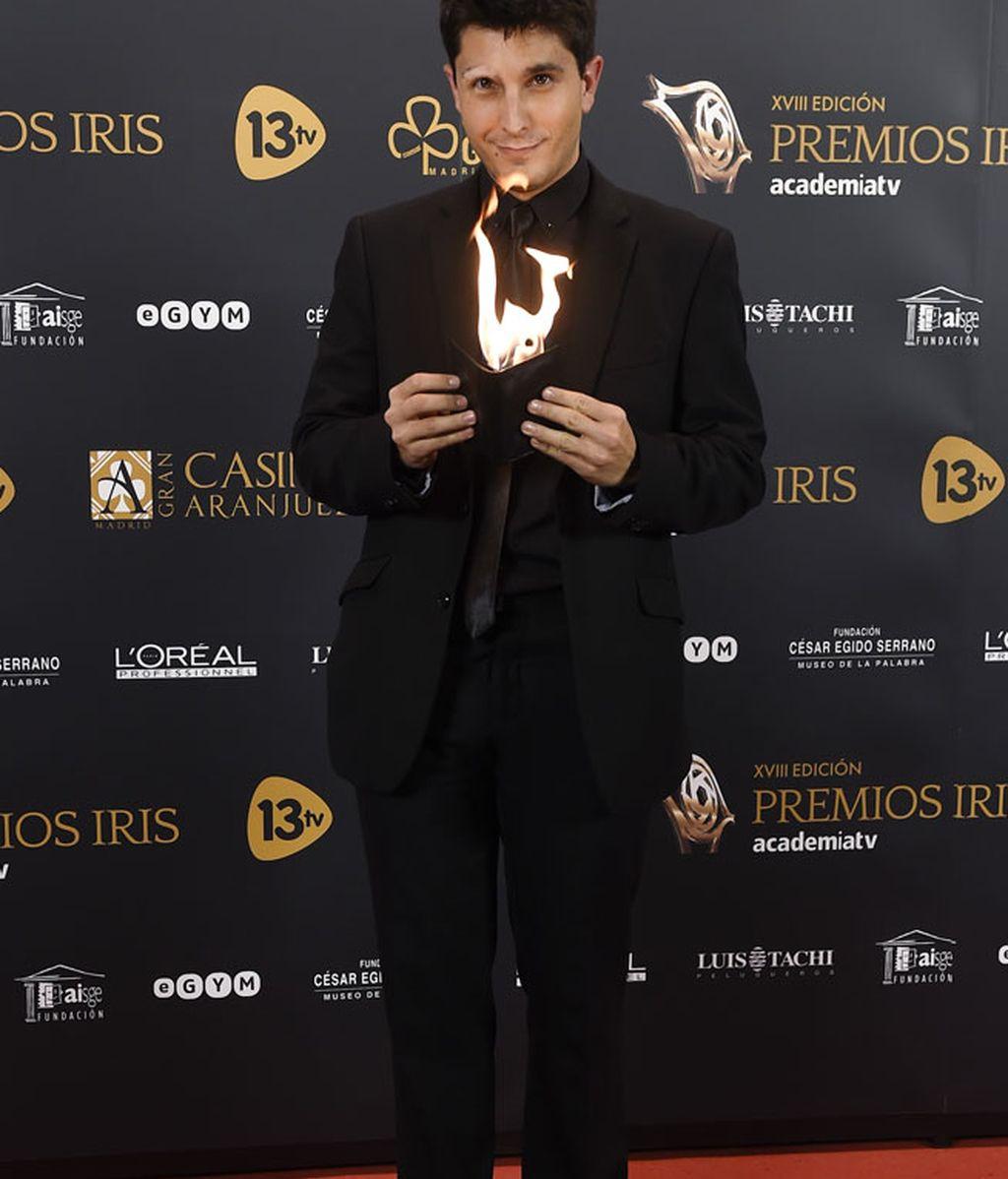 Jorge Luengo con un 'total look' negro, brilló con fuego propio en su cartera