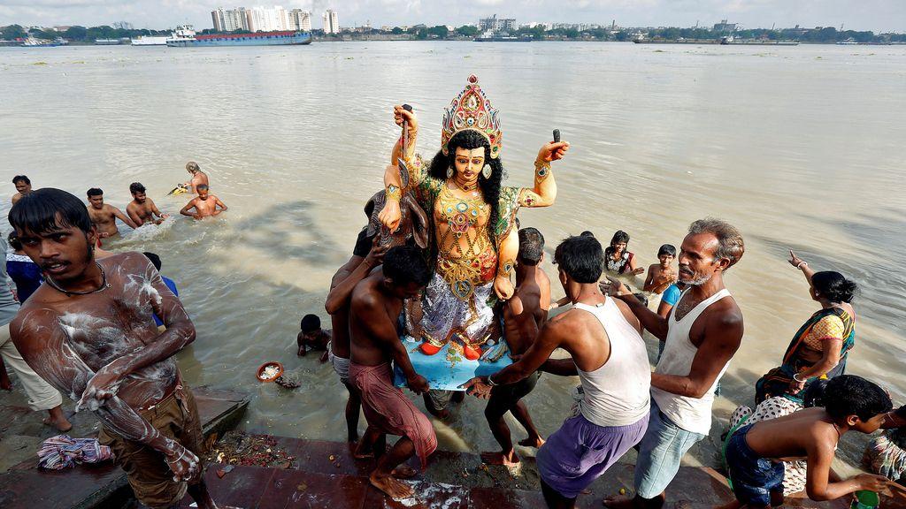 En Kolkata bañan a sus santos
