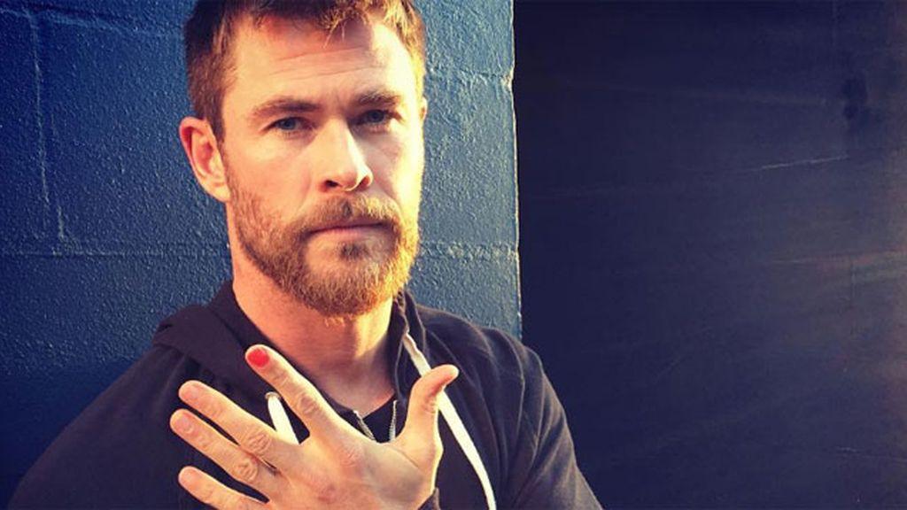 La emocionante razón por la que los hombres se pintan una uña de la mano