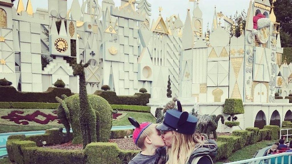 Hillary Duff publica una foto besando a su hijo en la boca e incendia las redes
